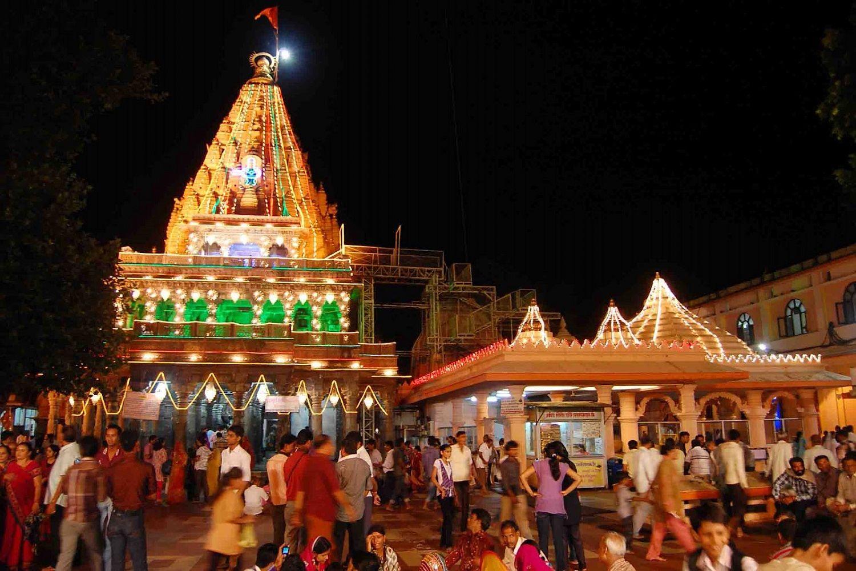 imagen nocturna de templo de Shiva